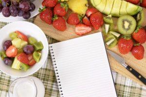 mesa-de-cozinha-cheio-de-fruta_1101-154